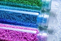 钉子的绿色,蓝色和桃红色小珠设计特写镜头 免版税库存图片