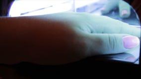 钉子胶凝体沙龙 紫外灯 影视素材