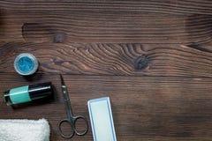 钉牢有修指甲器的艺术家书桌和手关心木背景顶视图大模型的指甲油 免版税库存图片