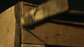 钉牢有锤子的,包装的物品的木匠耐久的木箱,递特写镜头 影视素材