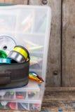 钓具、诱剂和诱饵在箱子 免版税库存照片