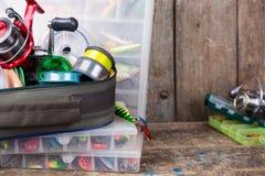 钓具、诱剂和诱饵在箱子 库存照片