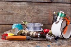 钓具、诱饵、线与烧瓶,刀子和白合金c 免版税库存图片