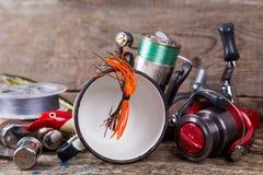 钓具、诱饵、线与烧瓶,刀子和白合金c 库存照片