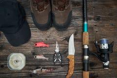 钓具和捕鱼装置在木背景 图库摄影