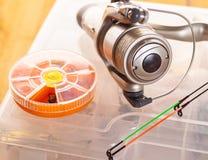 钓具和诱饵在储藏盒 库存照片