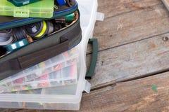 钓具和诱饵在箱子和袋子 库存照片