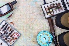 钓具和鞋子在纸地图 免版税库存图片