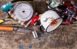 钓具,诱饵,与烧瓶、刀子和金属杯子的线 库存图片