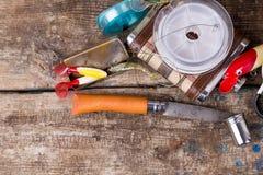 钓具,诱饵,与烧瓶、刀子和金属杯子的线 图库摄影