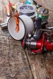 钓具,诱饵,与烧瓶、刀子和金属杯子的线 免版税库存照片