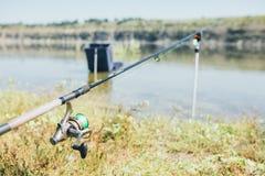 钓具-渔转动,勾子和诱剂在室外的阳光 免版税库存图片