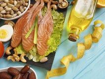 钓鱼三文鱼日期沙拉健康在蓝色木背景健康食物的维生素E柠檬养料厘米Ω 3鲕梨 库存照片