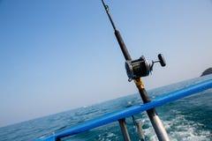 钓鱼与一条小船的旋转的金枪鱼在安达曼海,沿岸航行泰国 免版税库存图片