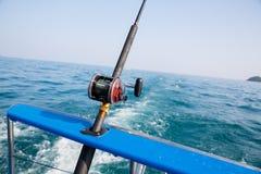 钓鱼与一条小船的旋转的金枪鱼在安达曼海,沿岸航行泰国 库存图片