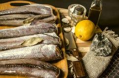 钓鱼与海湾leafÂ的无须鳕在从厨刀的塑料盘子 免版税库存照片