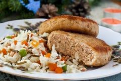钓鱼与米一道配菜的炸肉排  免版税库存照片