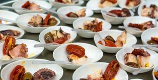 钓鱼与菜的开胃菜在小瓷碗 图库摄影