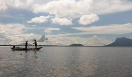 钓鱼与从一条小船的网的两个人在沙捞越,婆罗洲 免版税图库摄影