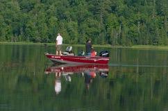 钓鱼为低音的两个人 免版税库存照片