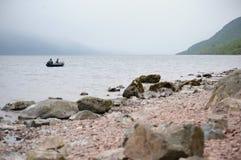 钓鱼乘在奈斯湖的小船。 库存照片