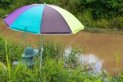 钓鱼五颜六色的伞 库存图片