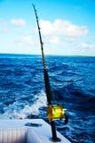 钓鱼从一条游艇在海洋 免版税库存图片