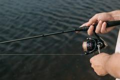 钓鱼从岸的鱼用棍子,关闭 免版税库存图片