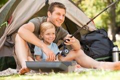 钓鱼他的儿子的父亲 图库摄影