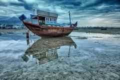 钓鱼低潮的小船 库存图片