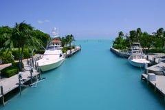 钓鱼佛罗里达的小船锁上绿松石水路 免版税图库摄影
