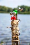 钓鱼供应在银行的夏天 免版税库存照片
