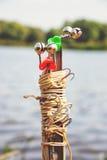 钓鱼供应在银行的夏天 库存照片