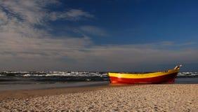 钓鱼偏僻的海运海边的波儿地克的小船 免版税图库摄影