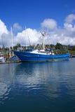 钓鱼其他拖网渔船的蓝色小船 库存照片
