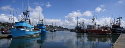 钓鱼其他拖网渔船的蓝色小船 免版税库存图片