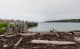 钓鱼在一个船坞末端的人们春天 新斯科舍海岸线在6月 库存图片