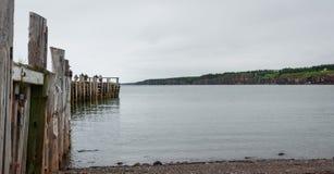 钓鱼在一个船坞末端的人们春天 新斯科舍海岸线在6月 库存照片
