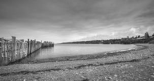钓鱼在一个船坞末端的人们春天 新斯科舍海岸线在6月 免版税库存照片