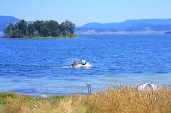 钓鱼在保加利亚山湖 免版税库存照片