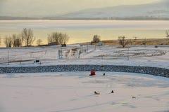钓鱼在冰冷的湖 免版税库存照片