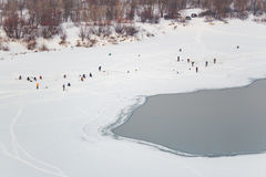 钓鱼在冰的全部人在冬天 免版税库存图片