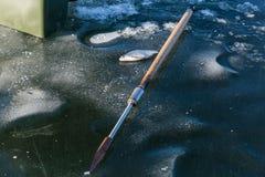 钓鱼在冰,冬天渔的人,冰的人们为 免版税图库摄影
