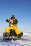 钓鱼在冰 免版税库存图片