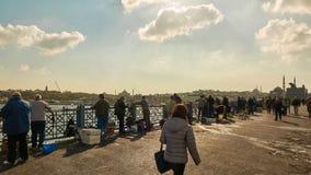 钓鱼在加拉塔桥梁的人们 免版税库存图片