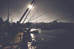 钓鱼在加拉塔桥梁的渔夫剪影放松和享受他们的爱好在伊斯坦布尔 库存照片