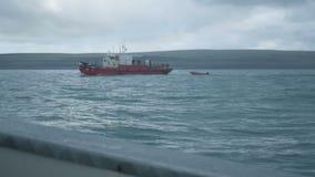 钓鱼在北部夏天巴伦支海,多暴风雨的天气,波浪的toristic小船史诗看法  股票视频