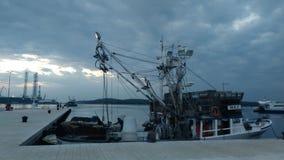 钓鱼在口岸的船 免版税库存图片