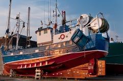钓鱼在地产的拖网渔船 免版税库存图片