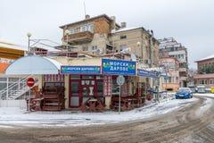钓鱼在堤防的街道咖啡馆在冬天保加利亚人波摩莱 免版税库存照片
